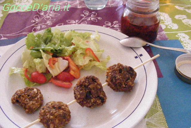 Polpette raw noci e olive con salsa di peperoni gialli
