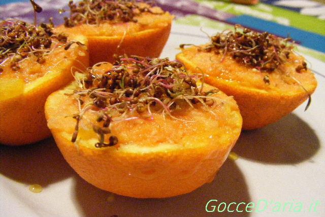 Scodelline di arance, batata e germogli di quinoa rossa