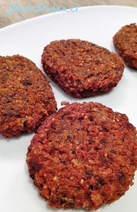 Burger in rosso, con rape, fagioli rossi e miglio